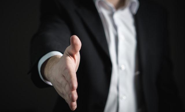 Hombre ofreciendo la mano