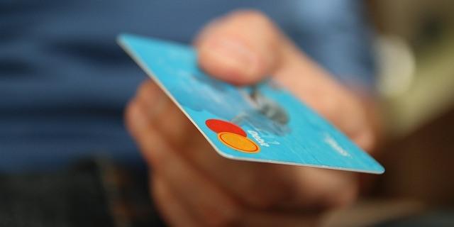 Persona pagando con una tarjeta Visa