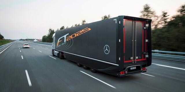 Camión Mercedes de gran longitud circulando por carretera