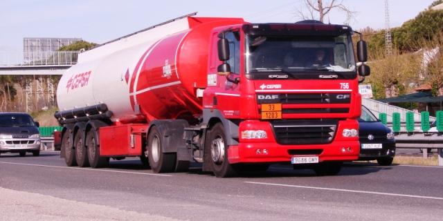 Camión de transporte de combustible DAF circulando en carretera