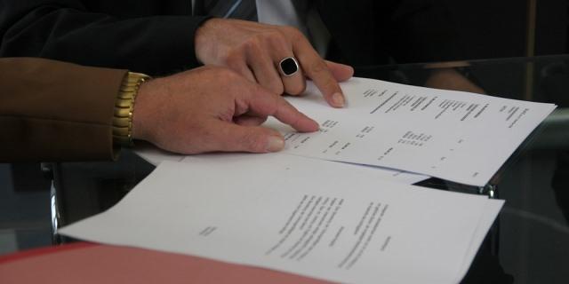 Dos personas leyendo el contrato asegurador