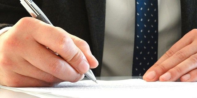 La firma de un contrato de seguro de daños y personas.
