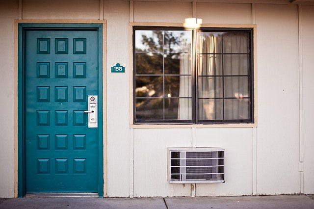 Fachada casa con aire acondicionado bajo la ventana