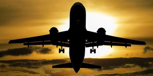 Aterrizaje de un avión con el sol de fondo.