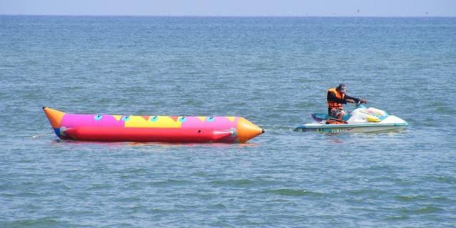El banana boat es una de las actividades acuáticas más divertidas para hacer en la playa este verano.