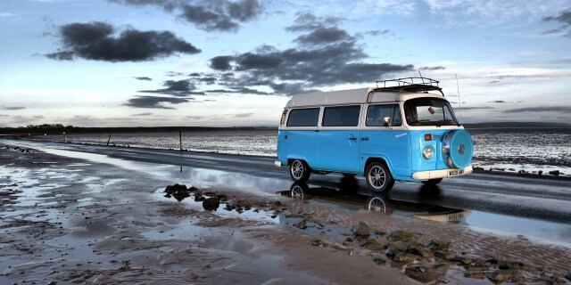 caravana viajando por una playa