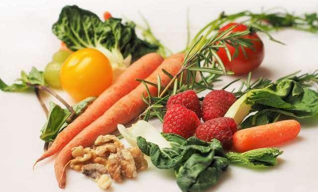 Las frutas y verduras son alimentos importantes para practicar deporte este verano.