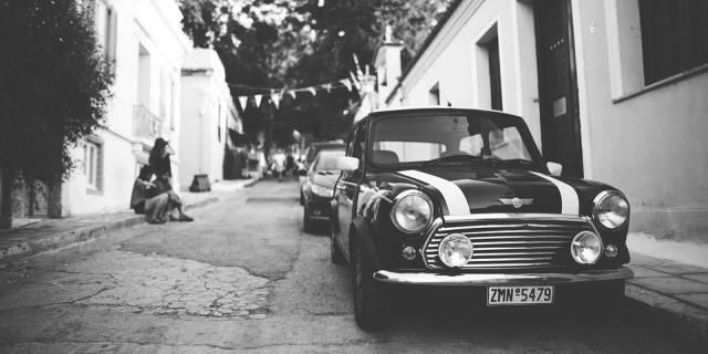 Coche clásico aparcado en una calle (foto en blanco y negro).