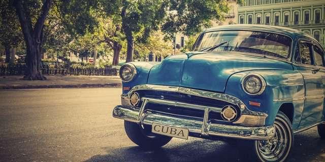 Coche cubano aparcado en una calle.