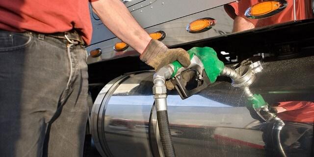 Transportista repostando gasoil en su camión, en el que el consumo es un aspecto fundamental de la rentabilidad del vehículo