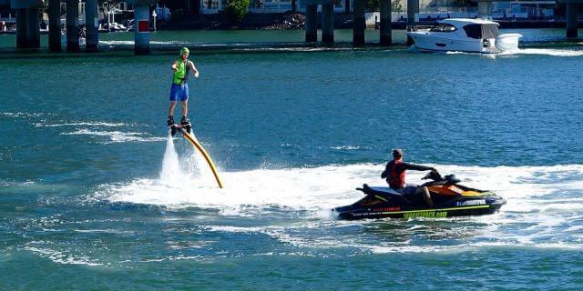 Hombre probando la tabla de flyboard en un río.