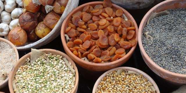 Varias legumbres repartidas en cestos.
