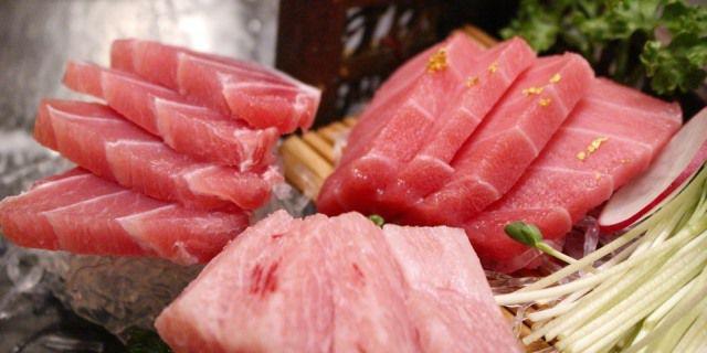 Lomos de atún preparados para ser cocinados.