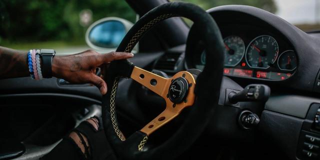 La funda en el volante ayuda a mantener una temperatura más idónea para la conducción del vehículo.