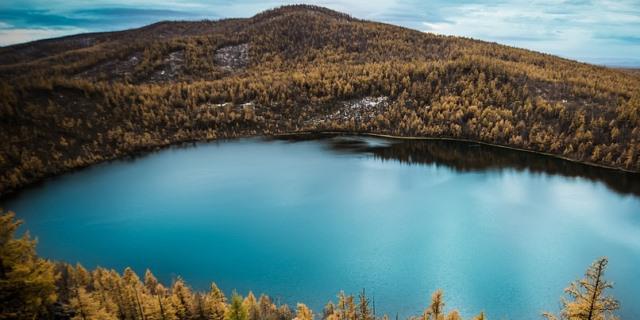 Paisaje montañoso con una preciosa laguna.
