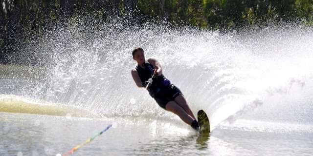 Chica practicando el esquí acuático.