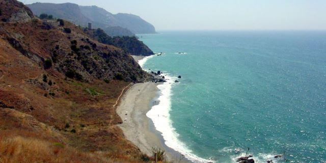 La playa cantarrijan es una de las más populares de los Acantilados de Maro-Cerro Gordo.