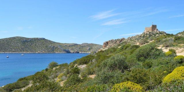 Paisaje en isla de la Cabrera en la que se ve el castillo.