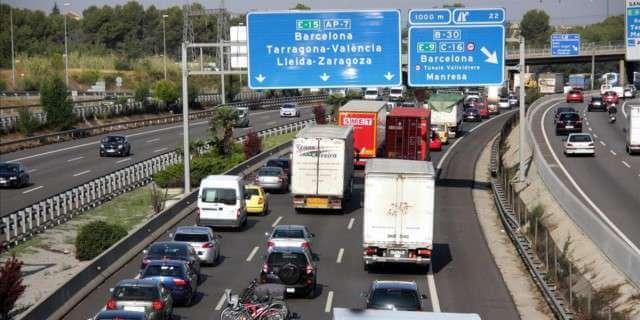Camiones pesados circulan por la carretera
