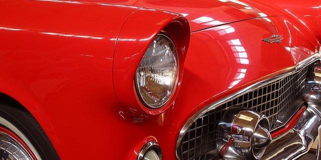 Chevrolet clásico rojo en uno de los eventos de coches históricos.