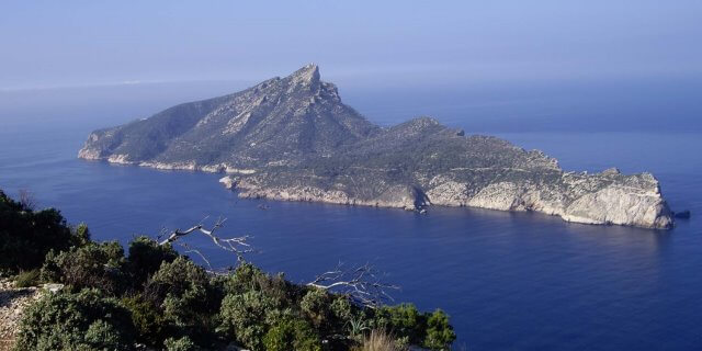 Isla de Dragonera fotografiada desde un acantilado.