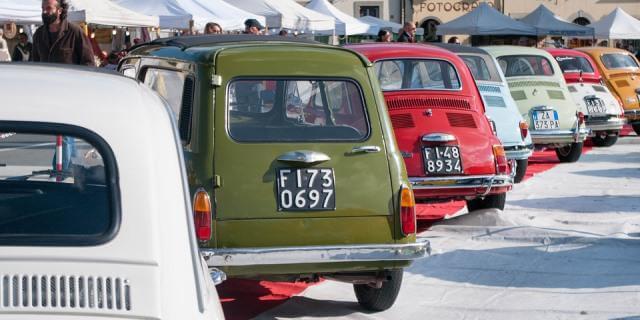Varios coches clásicos Fiat aparcados en uno de los eventos clásicos.