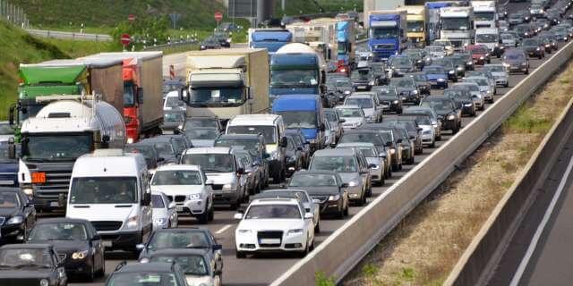 Tráfico diurno en una autopista.