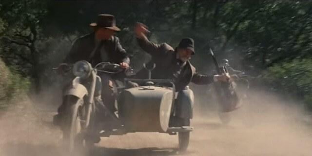 Indiana Jones escapando de los nazis en la tercera parte de la saga.