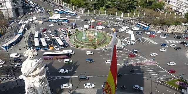 El centro de la ciudad de Madrid con vehículos asegurados en circulación.