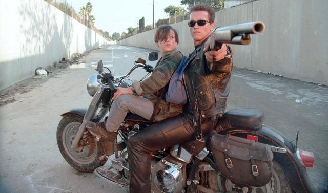 John Connor (Edward Furlong) y el Terminator T-800 (Arnold Schwarzenegger) en la Harley Davidson Fat Boy FLSTF