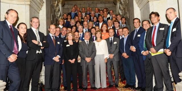 Miembros de ANFAC con la ministra en la firma del acuerdo por una economía circular