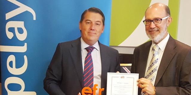 Rafael Fuertes, Director General de la Fundación MásFamilia, quien ha hecho entrega del certificado a José Boada, Presidente de Grupo Pelayo.