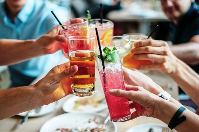 Amigos brindan en una celebración