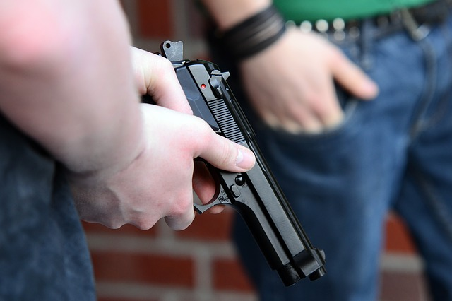 Personas armadas con pistolas