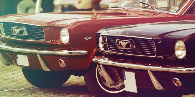 Dos Mustang clásicos en una de las concentraciones.