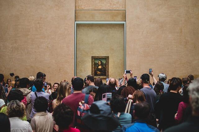 Turistas fotografían a la Mona Lisa