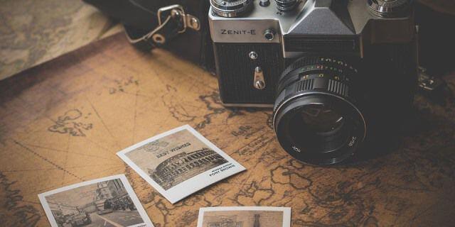 Una cámara y varias fotos de algunos viajes realizados en distintas partes del mundo.