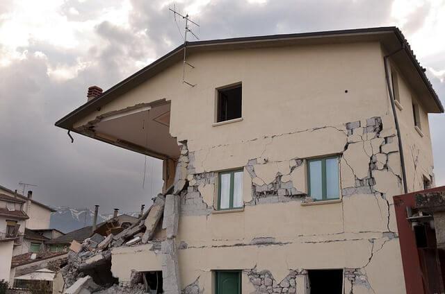 Casa en ruinas tras un terremoto