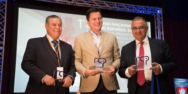 AXA recogiendo el premio por su iniciativa Desfibriladores Salvavidas