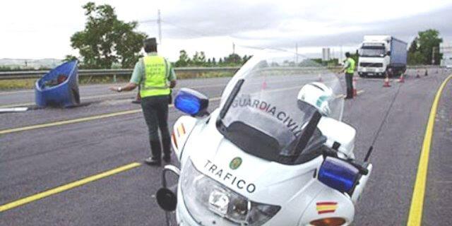 Agente de la Guardia Civil de Tráfico imponiendo sanciones cuyas notificaciones van a llegar a los transportistas por una sola vía