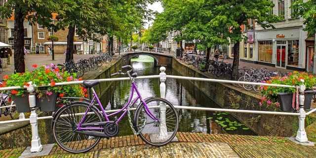 Bicicleta holandesa aparcada en un bonito puente.