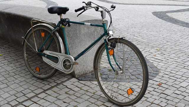 Bicicleta inglesa aparcada en la calle.