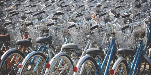 Multitud de bicicletas aparcadas.