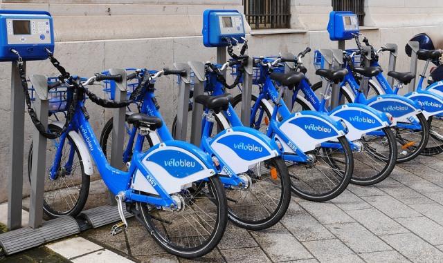 Bicicletas eléctricas urbanas de alquiler.
