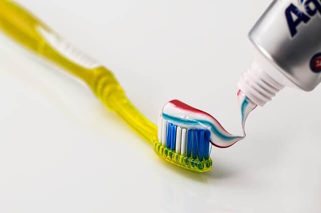 El cepillo y la pasta dental deben ser adecuadas