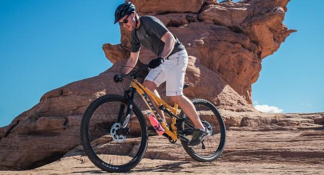Ciclista pedaleando en una montaña.
