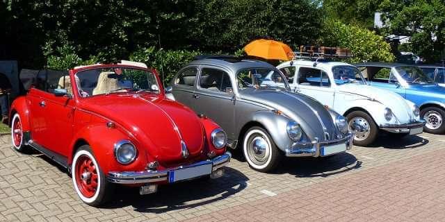 Coches clásicos en una concentración de vehículos de época.