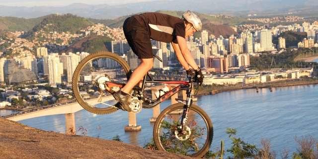 Ciclista practicando enduro con su bicicleta específica.