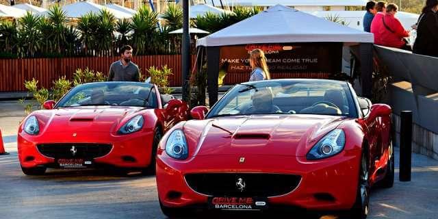 Dos coches Ferrari de lujo.