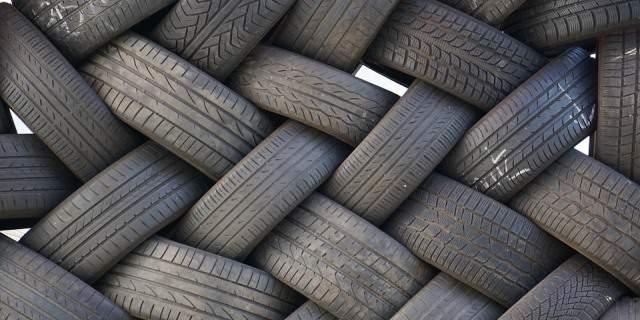 Conjunto de ruedas amontonadas en un descampado.